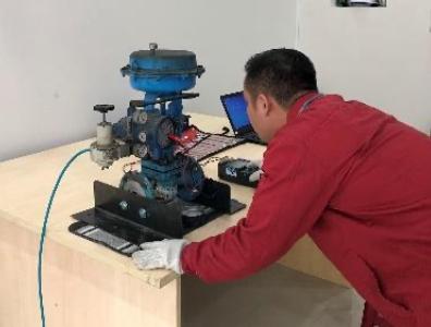 Azbil Việt Nam với đội ngũ kĩ sư và dịch vụ hỗ trợ khách hàng kịp thời hạn chế gián đoạn quá trình sản xuất. Chúng tôi cam kết hỗ trợ khách hàng từ bước đầu lên kế hoạch, mua sắm thiết bị cho tới hướng dẫn vận hành, bảo dưỡng & xử lý sự cố tại nhà máy. Vui lòng liên lạc với Bộ Phận Kinh doanh>